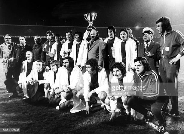 Europapokal der Pokalsieger Finale vor 5000 Zuschauern in Rotterdam 1FC Magdeburg AC Mailand 20 Gruppenbild vom Europapokalsieger 1FC Magdeburg nach...