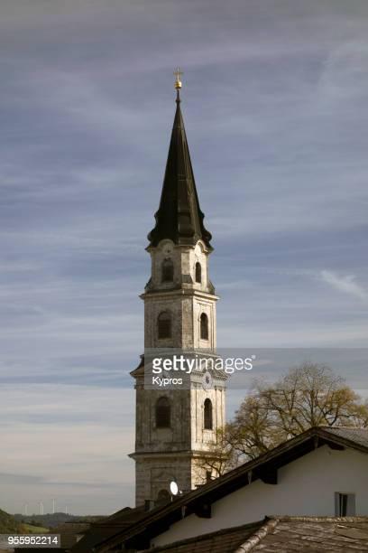europe, austria, salzburg area, 2017: view of mattsee village church steeple - aguja chapitel fotografías e imágenes de stock