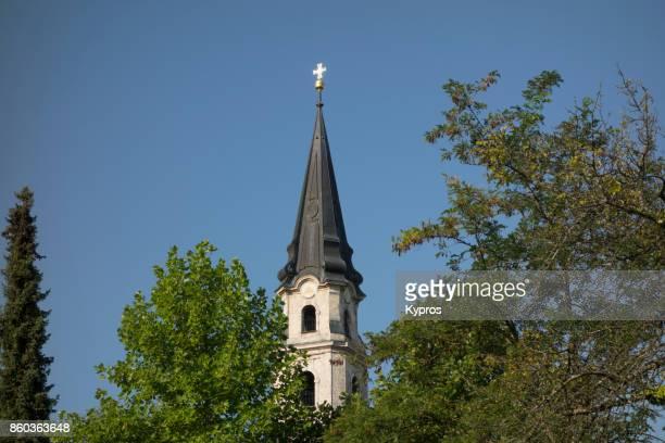 2017 - europe, austria, salzburg area, view of church cross - mattsee village stiftskirche catholic church - pináculo campanário - fotografias e filmes do acervo