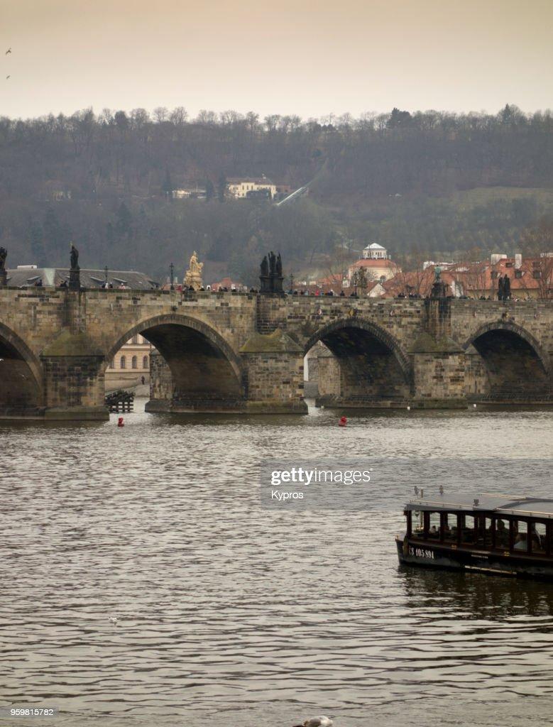 Europe, Czech Republic, Prague Area, 2018: View Of Charles Bridge Over Vitava River With Stone Statues : Stock-Foto
