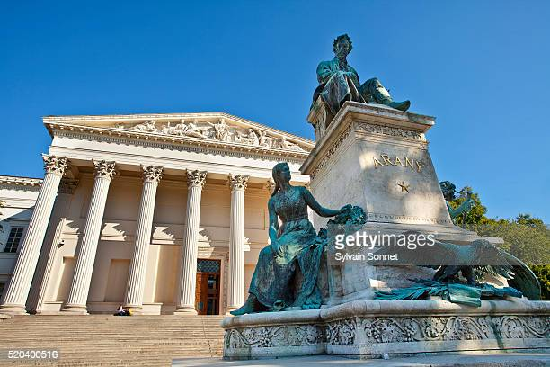 europe, europe central, hungary, budapest, monument to poet janos arany in front of the hungarian national museum built in the neo-classical design by mihaly pollack from 1837-1847. - cultura húngara - fotografias e filmes do acervo