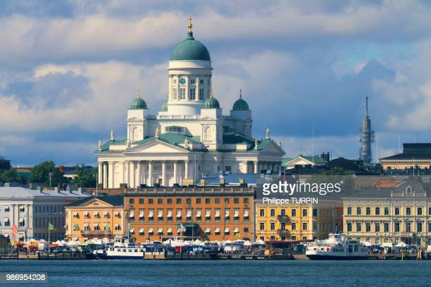 europe, finland, helsinki. senaatintori, tuomiokirko, lutheran cathedral, dusk - helsinki stock pictures, royalty-free photos & images