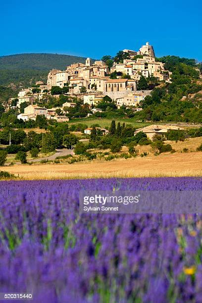 europe, france, alpes-de-haute-provence, lavender field in front of simiane la rotonde, - アルプドオートプロバンス県 ストックフォトと画像