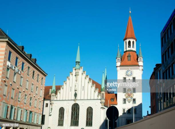 europe, germany, munich, view of the old town hall bell tower with the heilig-geist-kirche holy spirit church, marienplatz square - kirche ストックフォトと画像