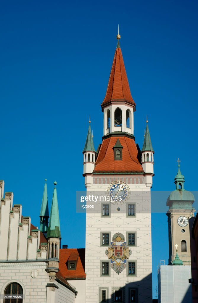 Europe, Germany, Munich, View Of The Old Town Hall Bell Tower With The Heilig-Geist-Kirche Holy Spirit Church, Marienplatz Square : Foto de stock