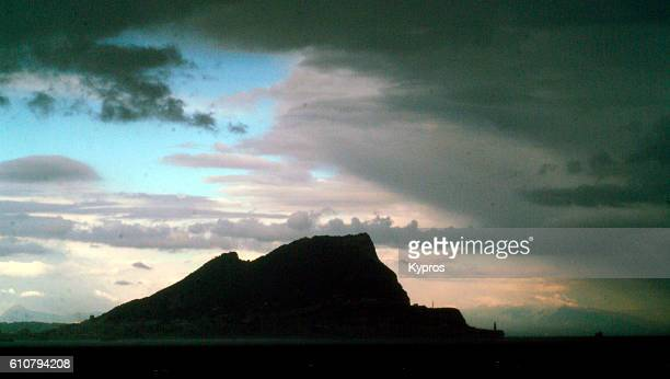 europe, gibraltar, view of rock of gibraltar, evening silhouette - ジブラルタルの岩山 ストックフォトと画像