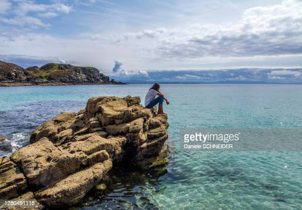 europe, great britain, scotland, hebrides, south-east of the isle of skye, young tourist on rocks by the sea, point of sleat - hebriden inselgruppe stock-fotos und bilder