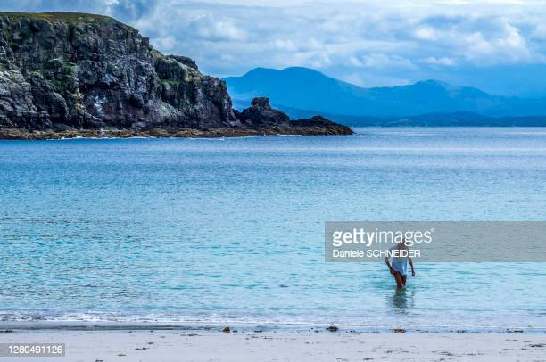 europe, great britain, scotland, hebrides, south-east of the isle of skye, young tourist swimming at point of sleat - hebriden inselgruppe stock-fotos und bilder