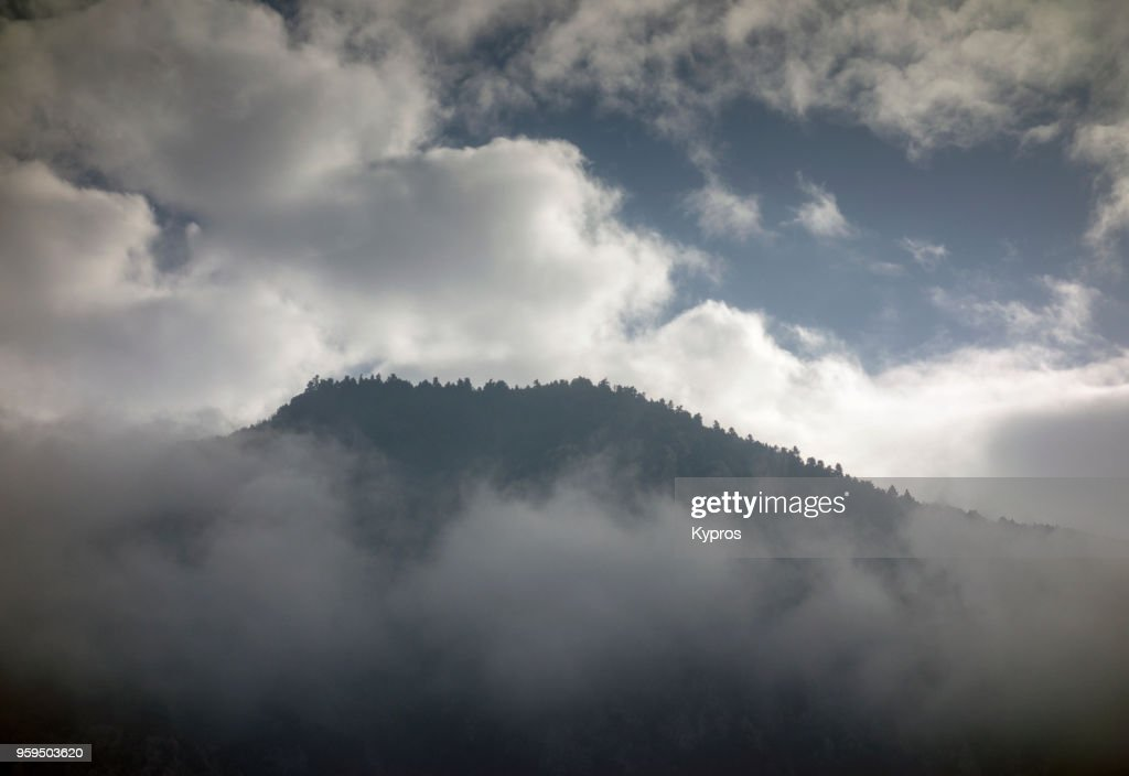 Europe, Greece, 2018: View Of Greek Mountain Forest Surrounded By Mist And Clouds : Stock-Foto