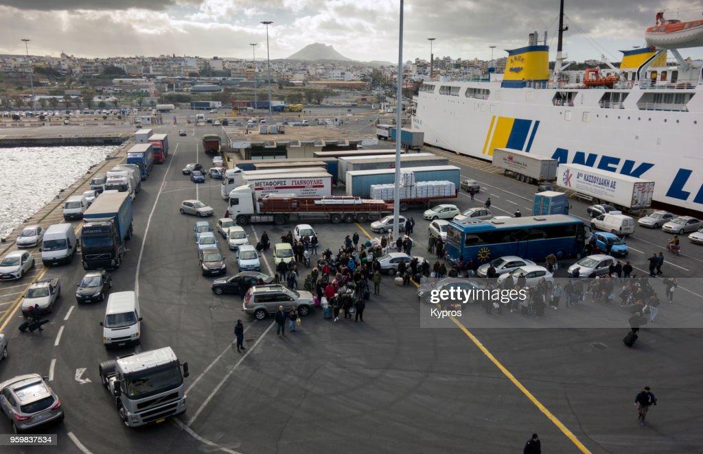 Europe, Greece, Crete Island, Heraklion, 2018: View Of Passengers Boarding Ferryboat At Heraklion Port : Stock-Foto