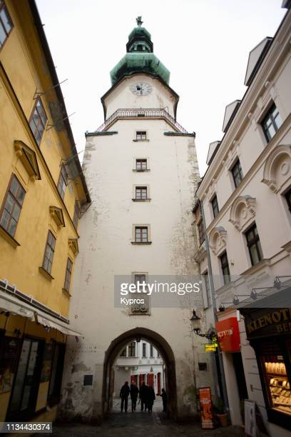 europe, slovakia, bratislava: view of michael's gate or tower, one of the historic entrances to old town - {{asset.href}} imagens e fotografias de stock