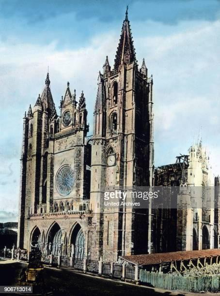 Europe travel Spain Castile Cathedral of Leon Santa Maria de Regla de Leon image date 1910s 1920s Carl Simon Archive history historical Gothic...