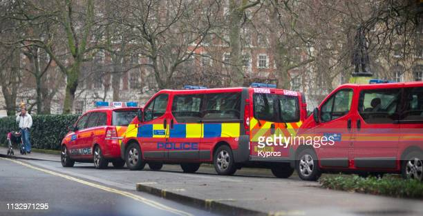 europe, uk, england, london, mayfair, grosvenor square: view of police vehicles parked near (former) american embassy - グロヴナー広場 ストックフォトと画像