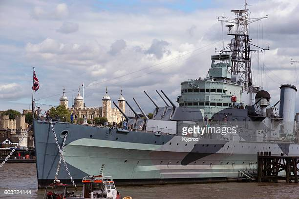 europe, uk, england, london, view of boat - military warship - hms belfast, a royal navy light cruiser, permanently moored in london on the river thames an an exhibit - marinha real britânica exército britânico - fotografias e filmes do acervo