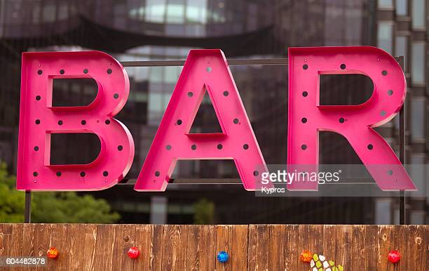 europe, uk, england, london, view of pink bar sign - café bar gebouw stockfoto's en -beelden