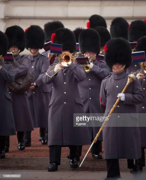 europe, uk, london, 2018: view of ceremony of changing the guard, buckingham palace - bearskin rug imagens e fotografias de stock