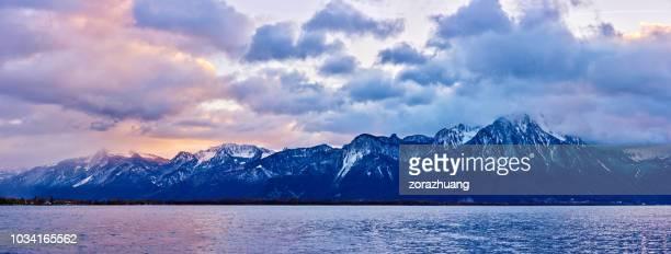 Europese Alpen en het meer van Genève bij zonsondergang