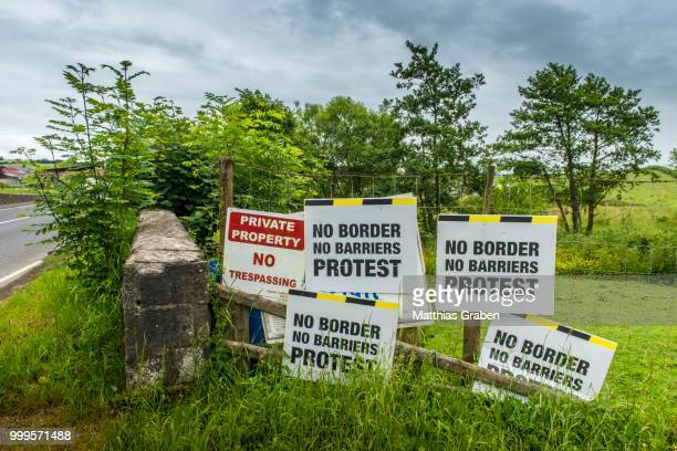european border between the republic of ireland and northern ireland, which could become a hard border after the brexite negotiations between the eu and great britain, blacklion, county cavan, ireland - nordirland stock-fotos und bilder