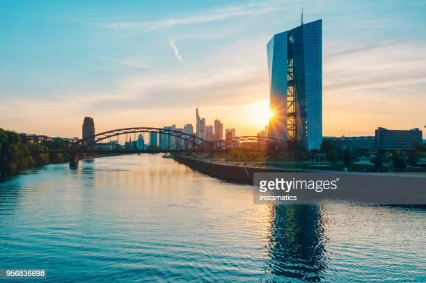 フランクフルトの欧州中央銀行ビル - 欧州中央銀行 ストックフォトと画像