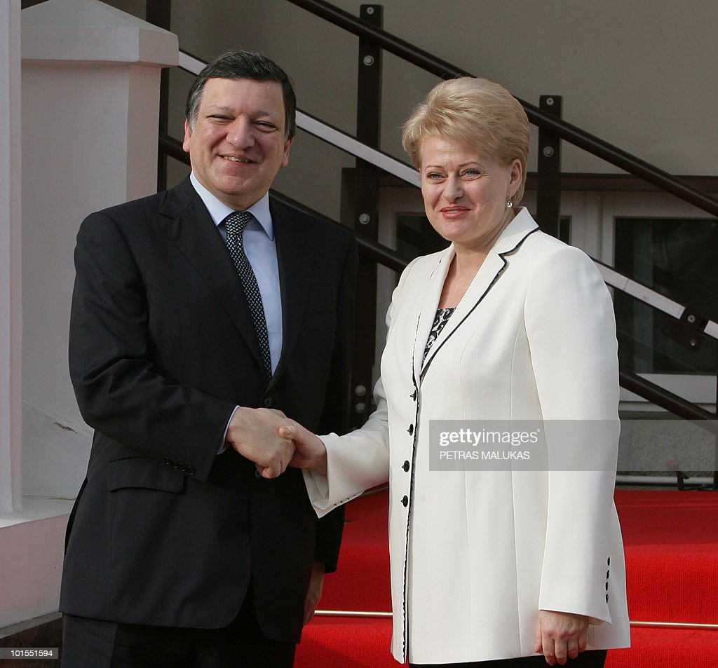 European Commission President Jose Manuel Barroso (L) and Lithuanian President Dalia Grybauskaite pose prior to their meeting at the President palace in Vilnius on June 2, 2010. AFP PHOTO / Petras Malukas