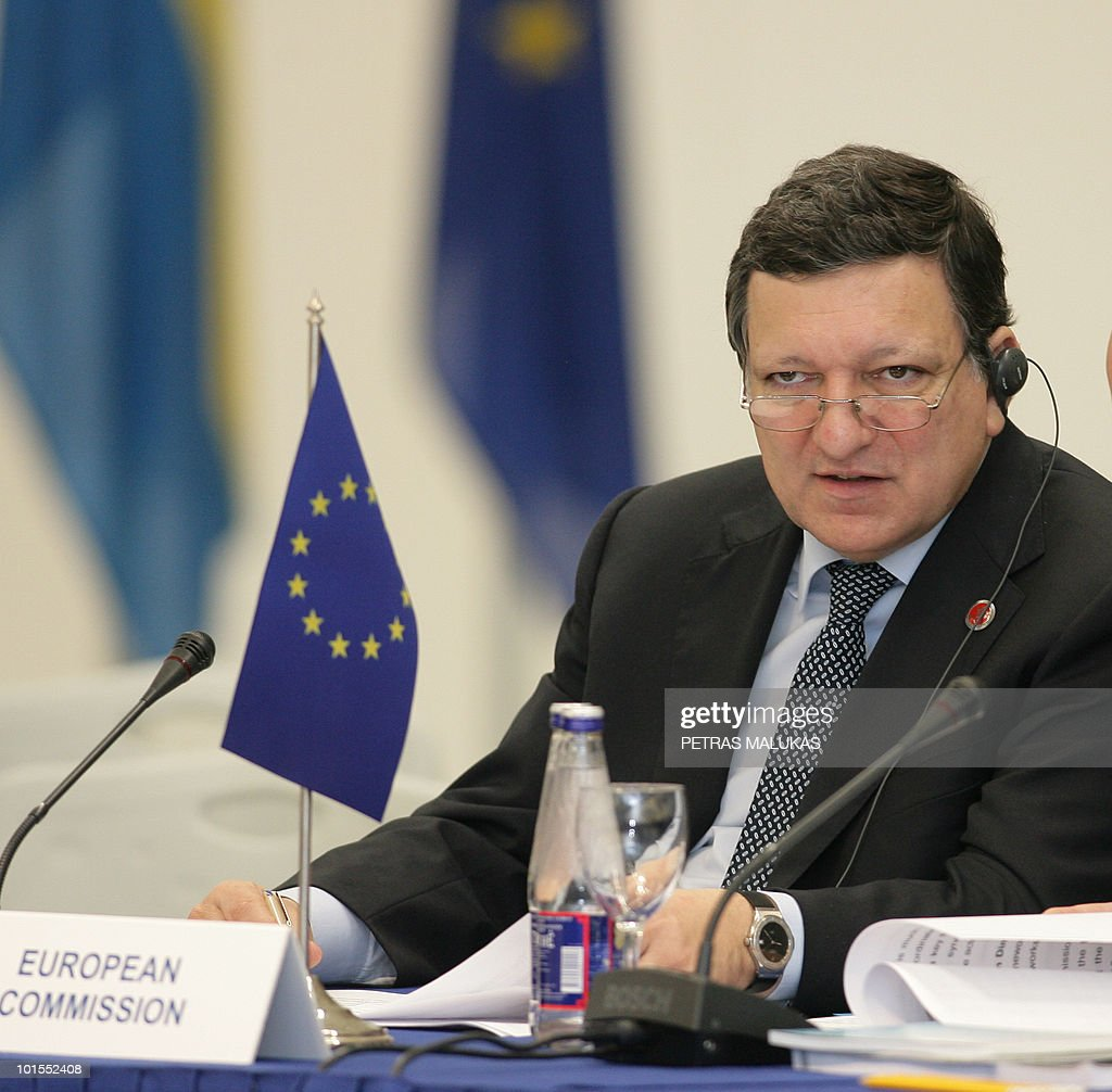 European Commission President Jose Manuel Barroso listen Lithuania's President Dalia Grybauskaite speakat the opening of the Summit of the Heads of Government Council of the Baltic Sea States in the National Art Gallery in Vilnius on June 2, 2010. AFP PHOTO / Petras Malukas