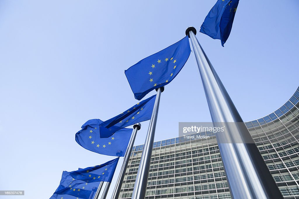 Europäische Flaggen vor dem Berlaymont-Gebäude in Brüssel : Stock-Foto
