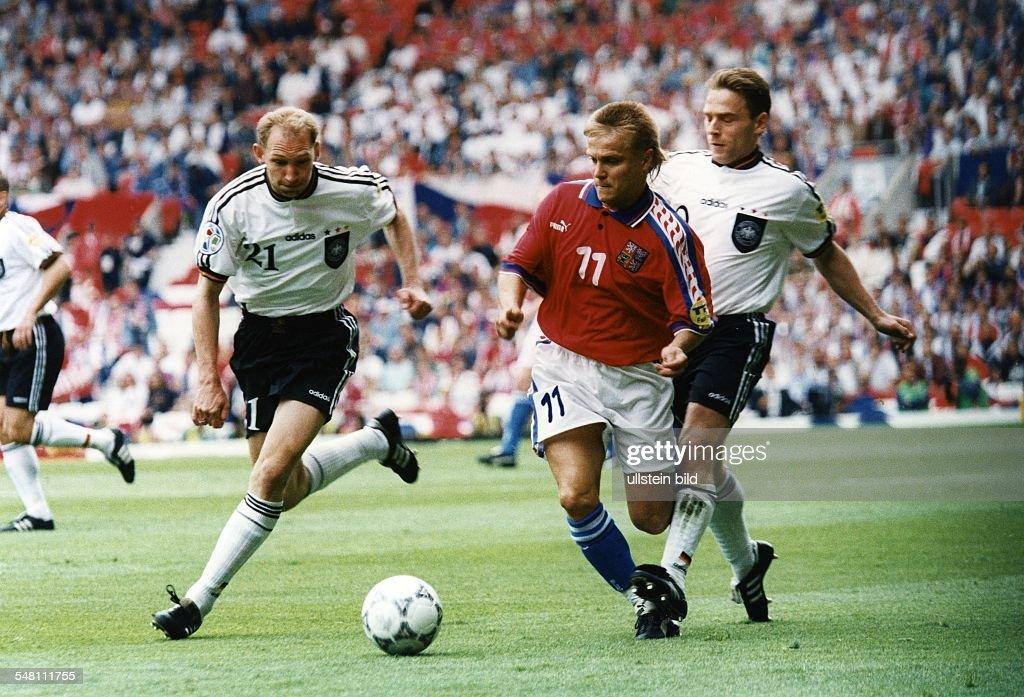UEFA European Football Championship 1996 in England, group C in Manchester: Germany vs. Czech Republic 2:0, scene of the match f.l.t.r., Dieter Eilts (FRG), Martin Frydek (CZE) and Thomas Hässler (FRG), June 09, 1996 : News Photo