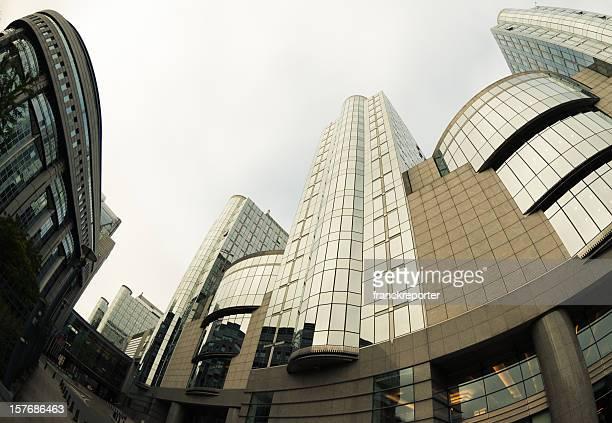 o parlamento europeu e o horizonte do centro da cidade, bruxelas, bélgica - edifício do parlamento - fotografias e filmes do acervo
