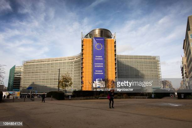 ベルギーのブリュッセルにある欧州連合委員会ビル - 欧州連合旗 ストックフォトと画像
