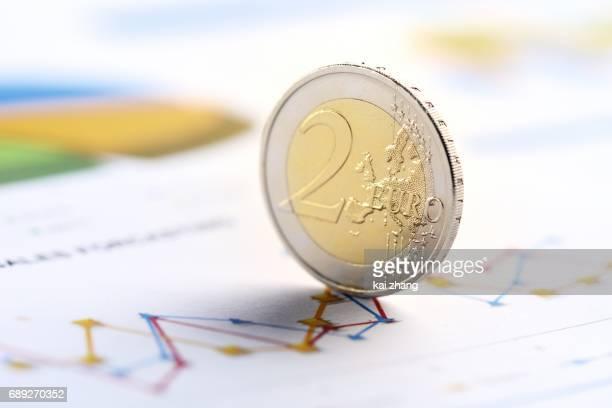 eu-währung - finanzen und wirtschaft stock-fotos und bilder