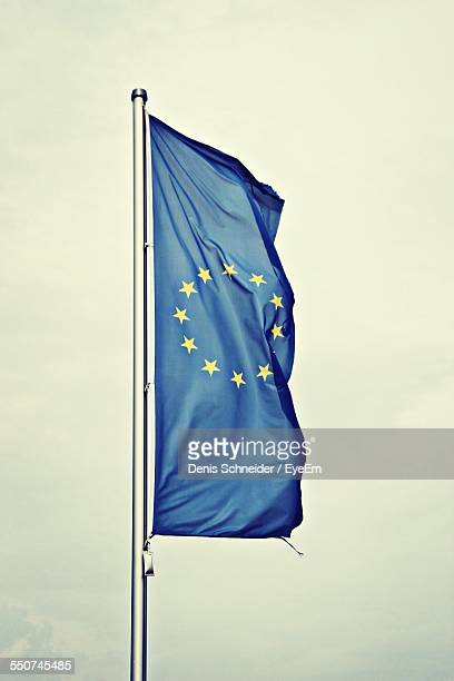 european union flag - vertikal stock-fotos und bilder