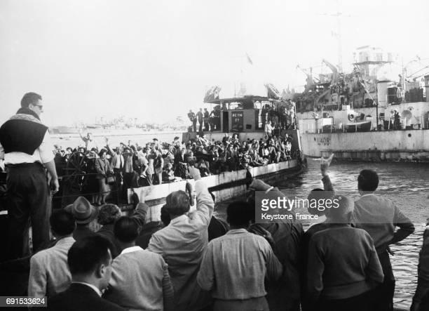 Européens montant dans un paquebot et saluant ceux qui restent pendant la crise de Suez à PortSaïd Egypte le 20 novembre 1956