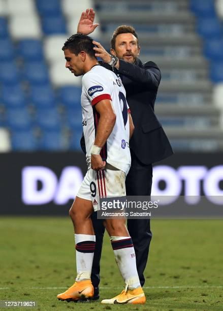 Eusebio Di Francesco head coach of Cagliari Calcio consoles Giovanni Simeone of Cagliari Calcio after the Serie A match between US Sassuolo and...