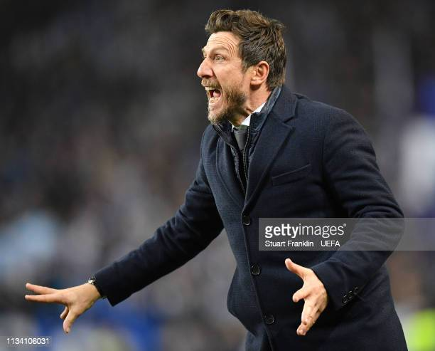Eusebio Di Francesco head coach of Roma ponders during the UEFA Champions League Round of 16 Second Leg match between FC Porto and AS Roma at Estadio...