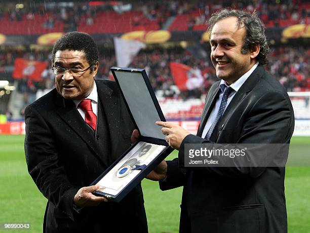 Eusebio gets honored by UEFA president Michel Platini during the UEFA Europa League knockout round second leg match between SL Benfica Lisbon and...