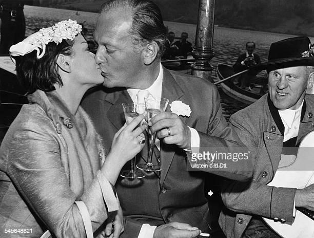 Eva Bartok* - +Schauspielerin Ungarnmit Curd Jürgens nach der Trauung aufder Schliersee beim Sektfrühstück- 1955