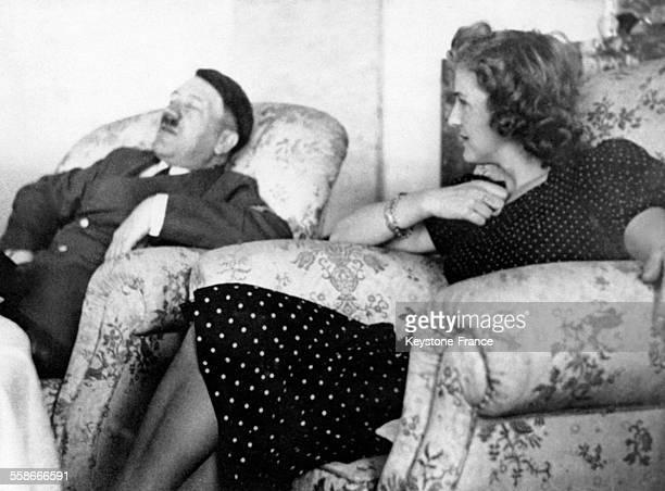 Eva Braun observe Adolf Hitler endormi dans un fauteuil à côté d'elle circa 1930