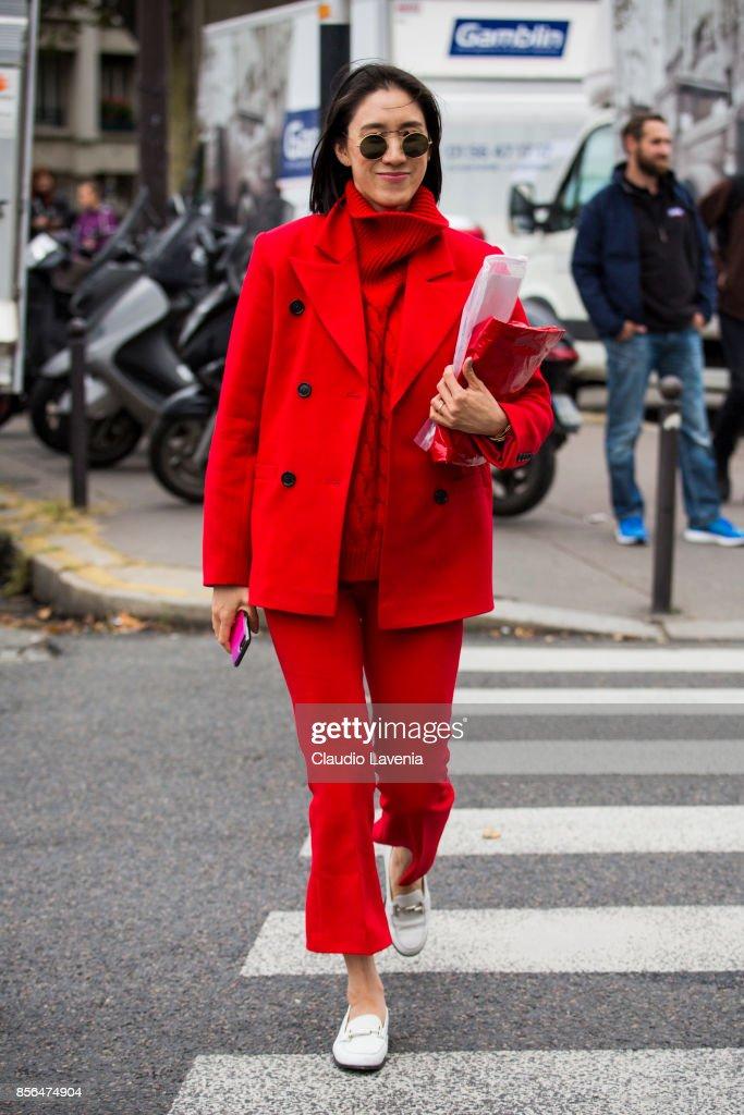 Street Style : Paris Fashion Week Womenswear Spring/Summer 2018 : Day Six : Fotografía de noticias