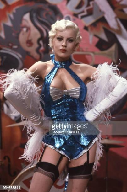 Eva Grimaldi en tenue de danseuse de cabaret dans une scène du film de Claude Chabrol en Italie en août 1989