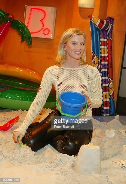 Eva Habermann neben den Dreharbeiten zur WDRSendung 'Btrifft' 020504 blond Sand Eimer SandBurg Luftmatratze GummiBadeinsel Schauspielerin Promi PNr...