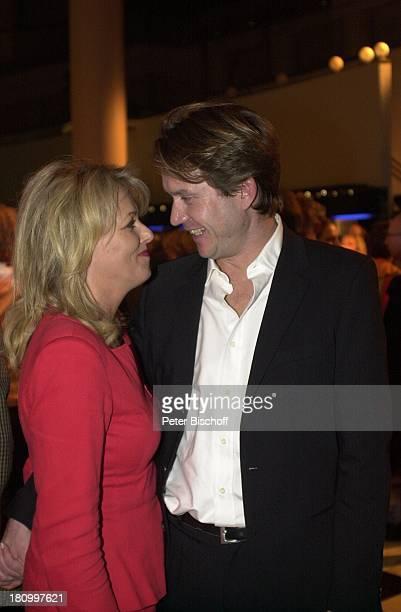 """Eva Herman, Lebensgefährte Michael Bischoff, Premiere der Show """"Holiday on Ice"""", Bremen, 14.11.02, """" Stadthalle"""", Handtasche,"""