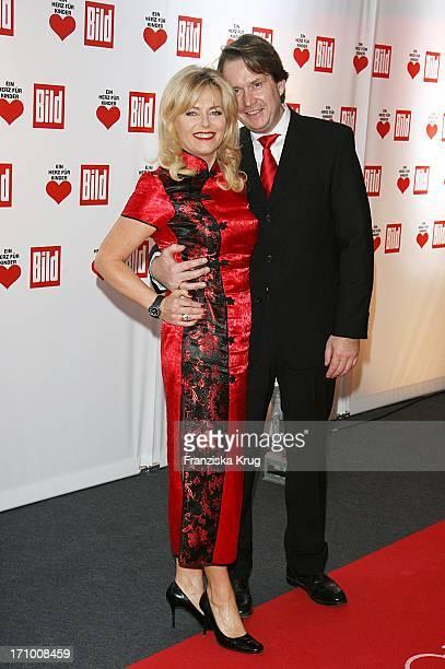 Eva Herman Mit Ehemann Michael Bischoff Bei Der Ankunft Zur Ein Herz Für Kinder Spendengala In Der Ullstein Halle In Berlin