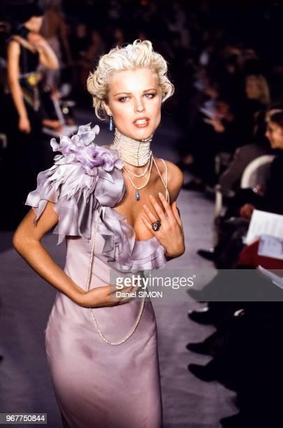 Eva Herzigova lors du Défilé haute-couture Christian Dior printemps-été 1997 le 20 janvier 1997 à Paris en France.