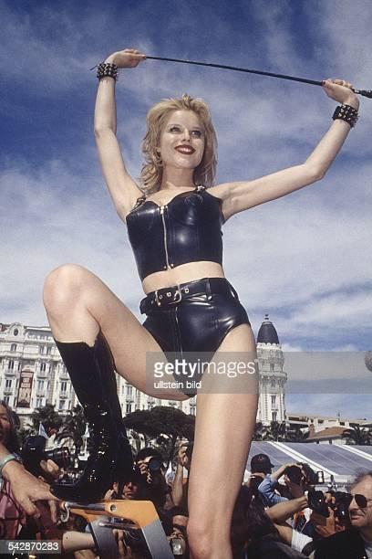 Eva Herzigova tschechische Schauspielerin und Model als Domina kostümiert Sie trägt hohe Stiefel eine kurze Hose ein nabel und schulterfreies...