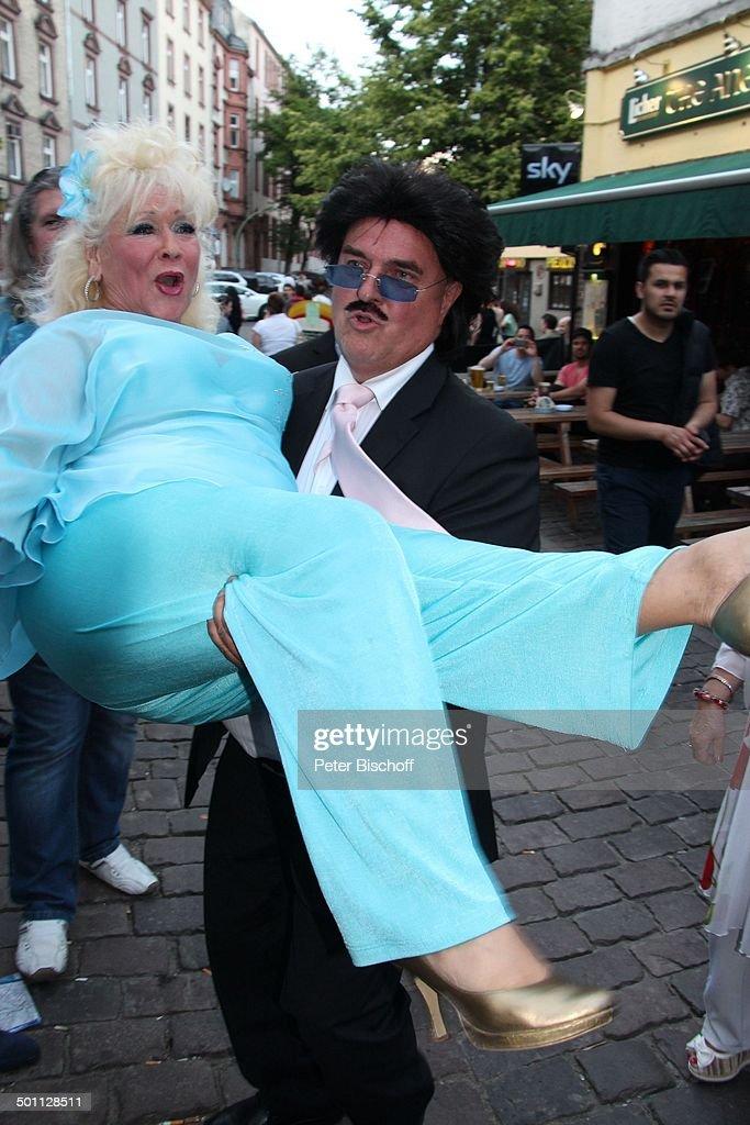 "Eva Jacob (in hellblau, Mitglied Gesangsgruppe ""Jacob Sisters""), getragen von ""Rudol : News Photo"