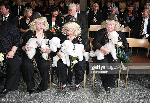 Eva Jacob Schwester Rosi Jacob Schwester Johanna Jacob mit ihren Pudeln Beisetzung und Trauerfeier von Hannelore Jacob dahinter TrauerGäste...