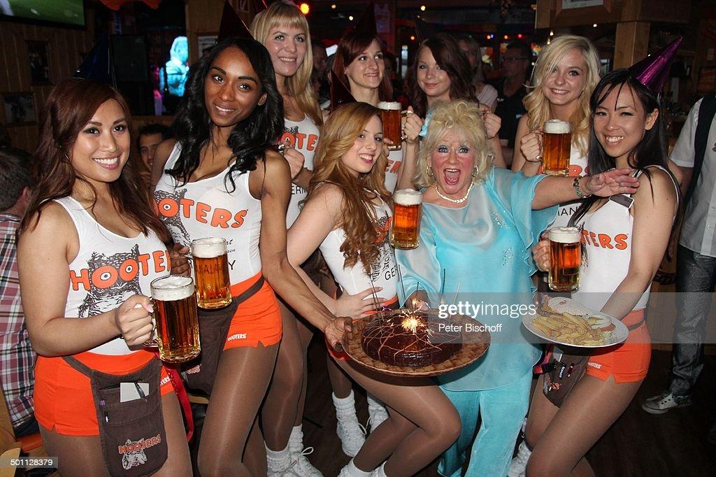 Eva Jacob (in hellblau, Mitglied Gesangsgruppe 'Jacob Sisters', mit  Geburtstags-