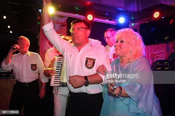 Eva Jacob singt mit Oberurseler ShantyChor Feier zum 70 Geburtstag von Eva Jacob Lokal Hooters Sachsenhausen Frankfurt/Main Hessen Deutschland Europa...