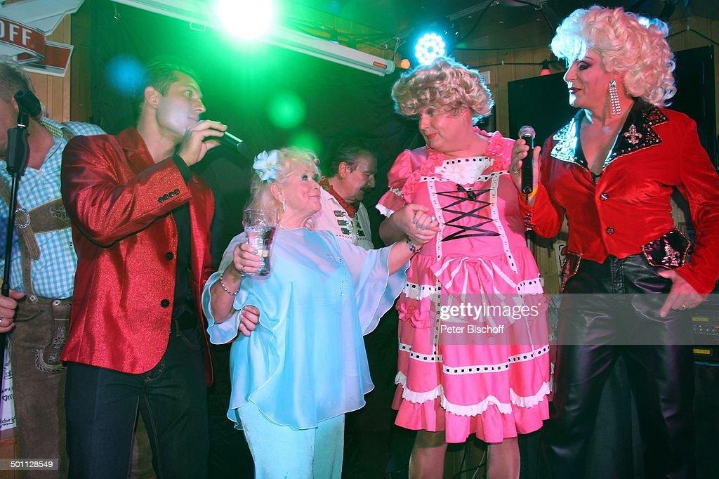 "Eva Jacob (2.v.li., in hellblau, Mitglied Gesangsgruppe ""Jacob Sisters"") singt mit T : News Photo"