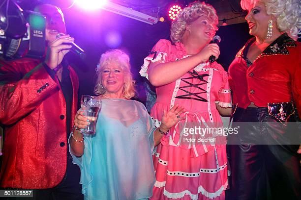Eva Jacob singt mit TravestieKünstlern vom TravestieLokal Gerdas kleine Weltbühne Offenbach Feier zum 70 Geburtstag von Eva Jacob Lokal Hooters...